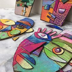 Masques en carton, pastels, posca et acrylique Inspiration : masques de Kimmy … Karton-, Pastell-, Posca- und Acrylmasken Inspiration: Kimmy Cantrell-Masken und Sandra Silberzweig-Porträts Club D'art, Kimmy Cantrell, Pintura Graffiti, Arte Elemental, Classe D'art, Atelier D Art, Cardboard Art, Cardboard Crafts Kids, Plastic Art