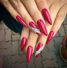 Rote Nägel mit weißen Perlen