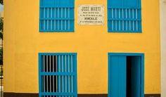 """#lugares De visita por el Museo Casa Natal de José Martí, en la Habana. De típica arquitectura colonial, paredes de argamasa y techo de tejas, cerca de lo que fuera la Muralla de La Habana y a unos pasos de la Estación Central de Ferrocarriles, en la antigua calle de San Francisco de Paula –conocida como Paula– está ubicado el Museo Casa Natal de José Martí o simplemente como se conoce por los cubanos, la """"Casita de Martí""""."""