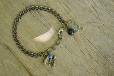 """Bracelet """"Horizon"""" en bronze et sa perle naturelle d'onyx, composé d'une montgolfière et de jumelles. #bijoux #bracelet #faitmain #voyage"""