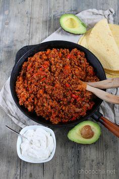 Helppoa viikonloppuruokaa! Soijarouheesta ja tölkkilinsseistä syntyy helppo ja mehevä täyte tortilloihin. Käytin tähän reseptiinVegekaupassa myytävää soijarouhetta , joka on ketjukaupoissa myytäviin soijarouheisiin verrattuna suutuntumaltaan parempaa ja imee isomman raekokonsa ansiosta paremmin makuja. Suosittelen testaamaan! :) Tortillalätytkin kannattaa muuten tehdä itse, jos vain suinkin malttaa. Hyvän ohjeen löydät esimerkiksi täältä . Itse kylläkin lintsasin tortillojen valmistamisesta…