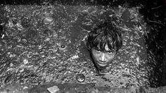 El fotógrafo Sudharak Olwe documenta la vida de los trabajadores de las cloacas en Bombay, India, que se zambullen entre un inmundo infierno, a diario, para mantener la ciudad limpia.