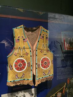 Native American Clothing, Native American Artifacts, Native American Beadwork, Beading Projects, First Nations, Indian Art, American Flag, Vests, Nativity