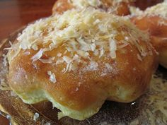 Ensaimada - Filipino rolls - heavy on the eggs! Almost a dessert for breakfast Pinoy Dessert, Filipino Desserts, Filipino Food, Filipino Recipes, Ensaymada Recipe, Bread Recipes, Cooking Recipes, Fast Good, Best Sweets