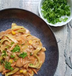 One pot creamy pasta ala Michelle. One Pot Pasta, Thai Red Curry, Pesto, Cooking, Ethnic Recipes, Pasta Spaghetti, Food, Lasagna, Kitchen