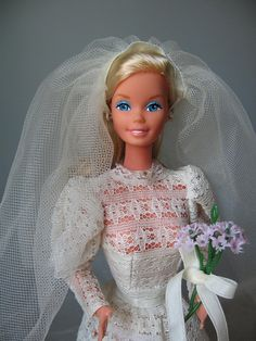 Beautiful Bride Barbie sold both as a boxed doll in Europe and Japan and as a separate Superstar fashion Barbie Und Ken, Barbie 80s, Vintage Barbie Dolls, Barbie World, Barbie Bridal, Barbie Wedding Dress, Wedding Dresses, 1970s Wedding, Bride Dolls