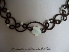 Questa parure deve il nome alle perle e al fiore di madreperla che la abbelliscono:       Alcuni particolari: