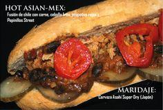 Hot Asian-Mex: chile con carne, cebolla frita, jalapeños y pepinillos