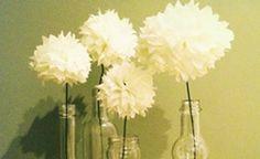 Aprenda a fazer flores de papel de seda que podem enfeitar garrafas, vasos ou o que sua imaginação quiser. Confira o passo a passo!