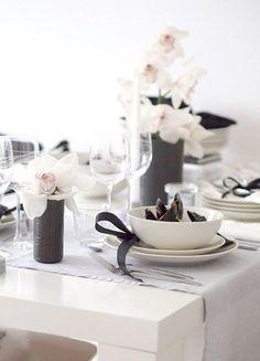 Assiettes en noir et blanc pour le mariage