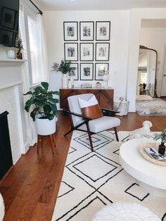Mid-century modern living room details care of My Living Room, Home And Living, Living Room Decor, Living Room Inspiration, Home Decor Inspiration, Decor Ideas, Home Decor Sale, Living Comedor, Mid Century Modern Living Room