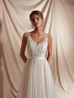 bbf1906753ac Amazon.com: Leyidress Beach Wedding Dress Bridal Gowns Applique Bead Ivroy  A line Long Dress for Women Wedding: Clothing
