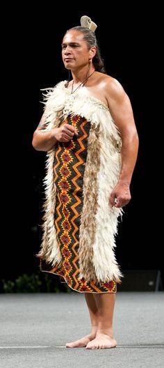 Karl-Rangikawhiti Flax Weaving, Hand Weaving, Polynesian People, Maori People, Maori Designs, Maori Art, Recycled Fashion, How Beautiful, Wearable Art