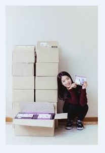 """Park Shin Hye of the """"HEIRS"""".She expressed, """"Regardless of how warm or cold is the weather, all the staff still stood on stand-by for the filming. These moisturiser creams are a gift of appreciation to thank them for all the hard work. Hope that this small gift will be of help to them. As the weather gets colder, I would feel heart ache when I heard them saying that their skin complexion got dried up. I hope everyone will like this gift."""""""