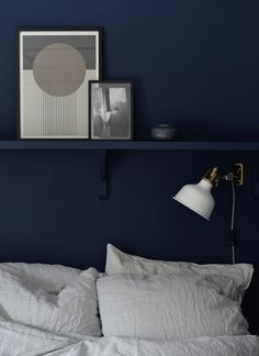 Hanging light/sconce and shelf above bed Blue Bedroom Decor, Home Bedroom, Bedroom Wall, Dark Blue Rooms, Blue Walls, Home And Deco, Apartment Living, Interior Design, Shelf Above Bed