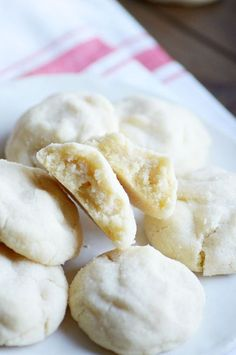 Amish Sugar Cookies AKA The Best Drop Sugar Cookies EVER - Something Swanky These Amish Sugar Cookies are by far the BEST sugar cookies I've ever eaten! Soft and pillowy perfect cookies. Amish Sugar Cookies, Drop Sugar Cookies, Yummy Cookies, Cookies Et Biscuits, Almond Sugar Cookies, Cookies Soft, Drop Sugar Cookie Recipe, Drop Recipe, Sour Cream Cookies