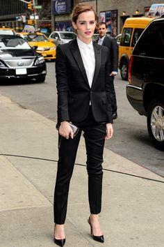 Emma Watson|エマ・ワトソンアメリカの人気トーク番組『THE LATE SHOW WITH DAVID LETTERMAN』に、女優のエマ・ワトソンがゲスト出演。サンローランのタキシードでマニッシュに仕上げたルックは、凛々しい目元にレッドリップで、マスキュリンになりすぎない、セクシーな魅力を漂わせた。COURTESY OF SAINT LAURENT