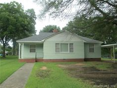 Great starter home - 1 level Great starter home with all the city conveniences. Home could have 3 bedrooms with addition of wall in den. Wood flooring underneath carpet in living, den and bedrooms. Roof 2013, termite bond by Rollins Pest Control.For more information or to schedule an appointment, call Hilda Sistare at 803-287-2700 or email Hilda.sistare@allentate.com. For full details, go to www.allentate.com/HildaSistare