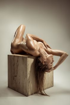 Oil and a wooden box - Model: Cille