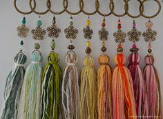 Borlas Wall Hanging Designs, Arts And Crafts, Diy Crafts, Tassel Jewelry, Crochet Purses, Haberdashery, Christmas Tree Ornaments, Boho, Tassels
