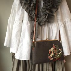 #embroidery #stitch #hendmade #needlework #자수 #자수타그램 #프랑스자수 #크로스백 #프레임가방 #자수가방 #리넨가방 #자수 #꽃다발자수 #꽃부케