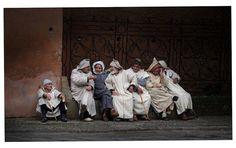 IlPost - © SauKhiang Chau/National Geographic   L'ultima cena di Leonardo da Vinci? No sono solo anziani di Chefchaouen, in Marocco, con il tradizionale djellaba, che chiacchierano.