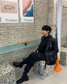 """430 tykkäystä, 71 kommenttia - 태현 (@tae.zzi_) Instagramissa: """"오랜만에 블랙🖤 . . . . . . . #dailylook #dailyfashion #streetfashion #streetstyle #ootd #outfit…"""" Asian Fashion, Ootd, Punk, Style, Swag, Punk Rock, Outfits"""