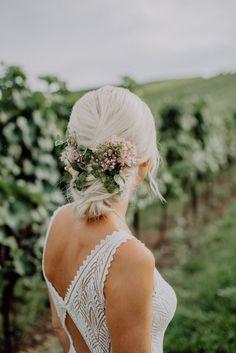 Romantische Hochzeitsfrisur mit Blumen im Boho-Chic Birgit und Alex haben bei ihrer Hochzeit besonders viel Liebe und Arbeit in die Details der Dekoration gesteckt - von den Einladungen und Blumen über die Frisur bis hin zum Naked-Cake und den Menü-Karten. In diesem Blog-Eintrag zeige ich euch ein paar Einblicke in ihre wunderschöne Trauung! #brautfrisur #hochzeitsfrisur #weddingdetails #weddingflowers #weddinghair #hochzeitsdeko #weddinginspo #hochzeitsinspiration #hochzeitsblumen Backless, Boho, Dresses, Fashion, Couple Photos, Wedding Photography, Newlyweds, Photoshoot, Invitations