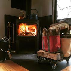 我が家はトートバッグと台車で薪搬入するスタイルです。#ヨツール #ヨツールf305 #jotul #jøtul #llbean #llbeanトート #台車 #薪ストーブ