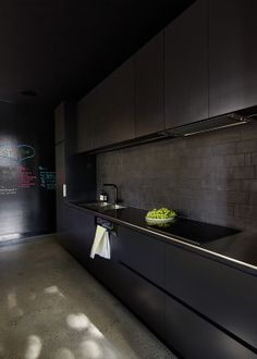 Matte Black Kitchen Designs For Modern Kitchen Look Black Splashback, Black Backsplash, Black Brick, Black Wood, Dark Interiors, Black Kitchens, Kitchen Black, Cuisines Design, House Made