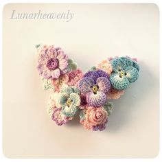 蝶々のスリーピンレース編みのちいさなお花をぎゅっと集めて、蝶々の形に仕上げました。パンジー、アネモネ、薔薇など。こちらは生成りの糸で編んでありますので、落ち着いたアンティーク風の色合いとなっております。<サイズ>約縦4.3cm×横5.5cmこちらは小さめサイズです。 <素材>金具…真鍮モチーフ…コットン※型崩れしないよう加工してあります通常レース編みで使われる20番・40番より細い、80番のレース糸で、モチーフひとつひとつ丁寧に編んでいます。パターンはすべてオリジナルです。 故意に引っ張ることは型崩れや破損の原因となりますので避けてください。引っかけや擦れにもご注意下さい。 お花のパーツはひとつひとつ染色してあります。水に濡れると色落ちや色移りの可能性があります。十分ご注意ください。