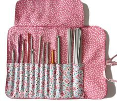 Free kit tutorial to store your hooks Coin Couture, Couture Sewing, Knitting Needle Storage, Knitting Needles, Crochet Hook Case, Crochet Hooks, Diy Crochet, Sewing Hacks, Sewing Projects