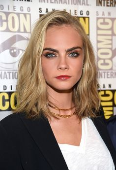 At Comic-Con this week to promote her new film Valerian, Cara Delevingne debuted a drastically different look. The model-turned-actress chopped several inches from her previously wild, bohemian locks for a more mature, structured shoulder-length style.