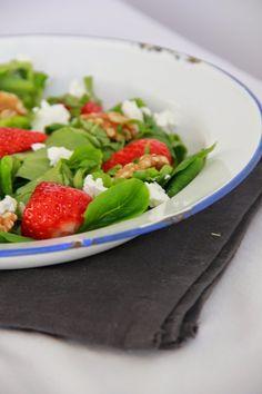 """Aardbeien salade met geitenkaas, basilicum en walnoten; via blog """"desmaakvancecile.com"""""""