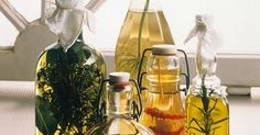 Verschiedene selbstgemachte Essige & Öle ist ein Rezept mit frischen Zutaten aus der Kategorie Kräuter. Probieren Sie dieses und weitere Rezepte von EAT SMARTER!