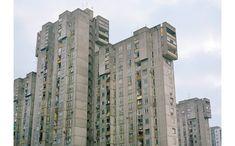 """75/B-2  >  """"Das Hochhaus heißt: 75/B-2. In Neu-Belgrad gibt es kaum Straßennamen – es wundert mich immer wieder, wie die Taxifahrer diese Gebäude finden. Mich fasziniert diese Verbindung von Brutalität und Eleganz: grauer, abweisender Beton, aber eben auch eine verspielte Wendeltreppe, goldene Fensterrahmen und elegante Maisonettewohnungen."""" Zitat Kralj."""