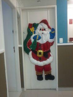 Enfeite de Porta - Papai Noel Christmas Baubles, Felt Christmas, Christmas Stockings, Christmas Wreaths, Christmas Crafts, Merry Christmas, Christmas Decorations, Xmas, Noel Gifts