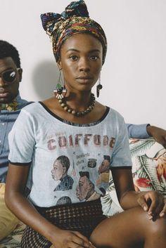 Idée de coiffure avec foulard sur cheveux bouclés ou frisés, conseils pour se coiffer avec un foulard pour cheveux afro ou volumineux.