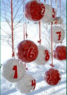 Advent plastic globes that come apart and are filled with colored tissue and small toys, etc Noel Christmas, Christmas Balls, Winter Christmas, Xmas, Christmas Countdown Calendar, Diy Advent Calendar, Advent Calenders, Theme Noel, Christmas Activities