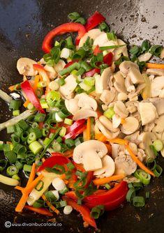 TAITEI DE OREZ CU PUI SI LEGUME | Diva in bucatarie Caprese Salad, Cobb Salad, Carne, Chicken, Food, Cook, Recipes, Food Dinners, Essen