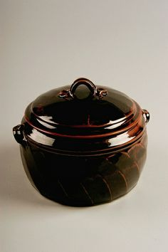 Tim Mather | Untitled casserole, 1975-79; purchased in Athens, Ohio; stoneware; Gift of American Ceramic Society Collection