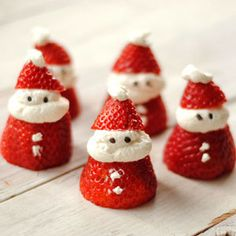 Christmas Treats: Strawberry Santas made with whipped cream and chocolate sprinkles for eyes Christmas Nibbles, Healthy Christmas Treats, Best Christmas Recipes, Christmas Party Food, Xmas Food, Christmas Cooking, Christmas Goodies, Christmas Desserts, Holiday Treats