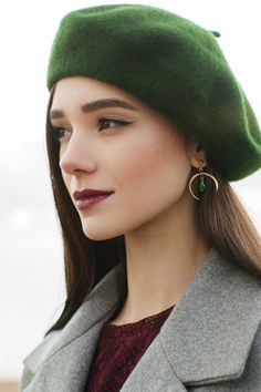 Como Combinar Gorro, Chapéu e Boina com o Look - Fashion Love Style Life, Louise Ebel, Beret Outfit, Vintage Outfits, Vintage Hats, French Hat, Knitted Beret, Hat Crochet, Outfits Mujer