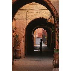 #fotografia Attesa Lo #sguardo è spinto a varcare gli #archi del borgo marocchino, per soffermarsi quasi con timore davanti alla #silhouette umana. La posizione centrale del soggetto è enfatizzata dall'ombra portata del sottopassaggio che trasporta l'osservatore da una dimensione reale e tangibile a quella psichico-metaforica dell'inconscio. #Marocco #città #strada #colori #ombra