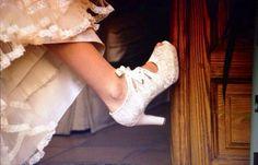 Pisando fuerte! Con el delicado encaje y raso de unos zapatos de ensueño. #Luperamos #zapatoshechosamano #zapatospersonalizados #bridge www.luperamos.com luperamos@luperamos.com 677818278