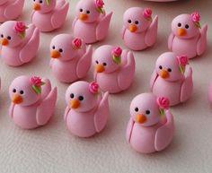 looks like wedding decorations! Fondant Cake Toppers, Fondant Figures, Cupcake Toppers, Cupcake Cakes, Cupcakes, Diy Clay, Handmade Polymer Clay, Clay Crafts, Fondant Animals
