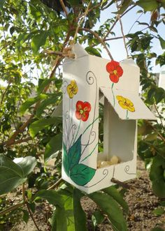 Vila do Artesão - Comedouro para pássaros feito de embalagem tetrapack. Traga a alegria dos passarinhos pra dentro do jardim ou da varanda.
