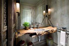 Treibholz-Waschbeckentisch und Metall-Armatur erzeugen stylische Atmosphäre im Badezimmer