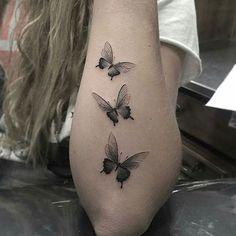 Tatuagem de borboletas minimalista