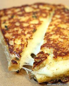 Grilled Mozzarella Sandwiches. con cubierta de huevos batidos con crema. Se cocina en sarten.